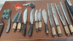 Bắt nhóm 9 đối tượng cùng súng ngắn và nhiều dao lê, mã tấu tại một nhà dân