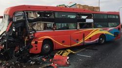 Xe khách đối đầu xe tải, tài xế tử vong, hàng chục người đập kính tìm cách thoát thân