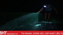 Hà Tĩnh: Đêm đen kịt, đem đồ nghề đi săn cá, mẻ nào mẻ nấy đầy ắp, cả nhảy tanh tách giữa lòng hồ