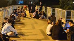 Giới trẻ Hà Nội vô tư tụ tập uống bia, hẹn hò trên cầu vượt bộ hành