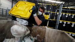 Công nhân vệ sinh phải tăng ca để dọn dẹp rác thải do COVID-19