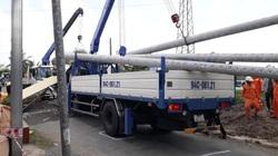 Xe tải cẩu chở cột điện kéo sập cổng chào, một người nguy kịch