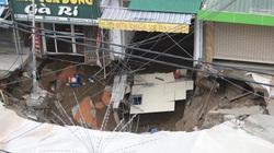 """NÓNG: Cận cảnh """"hố tử thần"""" sâu 5m, rộng hàng chục mét bất ngờ xuất hiện ở Hà Nội"""