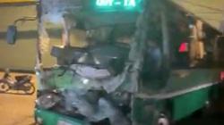 Xe tải tông nát đầu xe buýt, người dân phá cabin xe cứu tài xế mắc kẹt