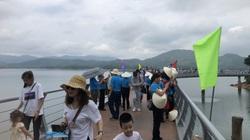 """CLIP – ẢNH: Dòng người đổ về hồ Kẻ Gỗ (Hà Tĩnh) tham quan, nhiều người vẫn """"quên"""" mang khẩu trang"""