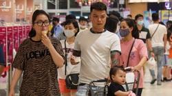 """Trung tâm thương mại ở Hà Nội vẫn đông bất ngờ, người dân """"vô tư"""" tháo khẩu trang ăn uống bất chấp Covid-19"""