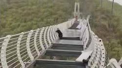"""Cầu kính ở Trung Quốc vỡ tan tành khiến du khách sợ """"khiếp vía"""""""