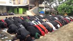 Hàng nghìn người Hồi giáo tụ tập ăn mừng lễ Eid Al-Fitr ở Indonesia bất chấp cảnh báo