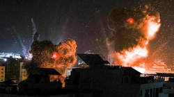 Israel sử dụng máy bay phản lực không kích Gaza khi người dân Palestine xuống đường biểu tình