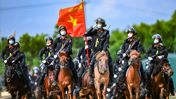 Video: Cận cảnh CSCĐ kỵ binh biểu diễn cưỡi ngựa bắn súng oai phong lẫm liệt
