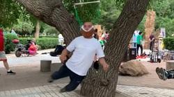 Lạ lùng người cao tuổi Trung Quốc tập thể dục bằng cách 'treo cổ'