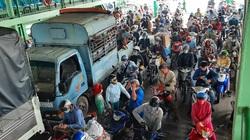 ẢNH-CLIP: Bất chấp lệnh giãn cách xã hội, bến phà ở TP.HCM vẫn đông nghịt khách và nhiều người không đeo khẩu trang