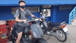 Nhận lương 2 tỷ đồng/tháng, Lee Nguyễn đi... xe máy tới sân tập