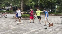 Cầu Giấy: Lơ là chống dịch Covid-19, người dân tụ tập, chơi thể thao nơi công cộng