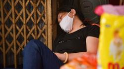 Chợ lớn nhất khu phố cổ Hà Nội ế ẩm, tiểu thương ngủ gục và lướt điện thoại cả ngày