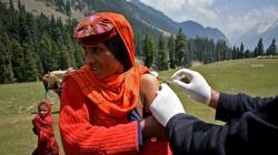 """Nhân viên y tế """"trèo đèo lội suối"""" để mang vắc xin đến những vùng hẻo lánh ở Ấn Độ"""