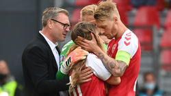 CHÙM ẢNH: Vợ Eriksen vượt rào, được đồng đội chồng an ủi đầy xúc động