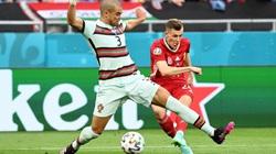 """Trọng tài biên """"nhát tay"""" tại EURO 2020: Phụ thuộc quá mức vào VAR"""