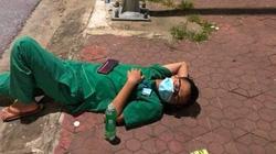 Dịch Covid-19 ở Nghệ An: Xúc động hình ảnh tình nguyện viên tranh thủ ngả lưng trên vỉa hè