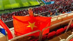 Tôi, tình yêu bóng đá và quốc kỳ Việt Nam tung bay ở Puskas Arena