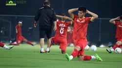 Thầy Park chỉ cho Công Phượng và đồng đội cách chống lại lối đá rắn của đội tuyển Indonesia