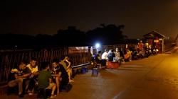 Hà Nội: Bất chấp lệnh cấm, nhiều quán trà đá ngang nhiên mở trên Cầu Long Biên
