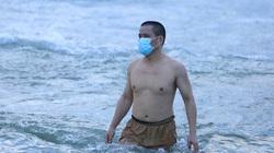 Video: Người Đà Nẵng đeo khẩu trang tắm biển