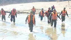 Tìm kiếm tại những vị trí khả năng có thi thể các nạn nhân dạt vào trên sông Rào Trăng