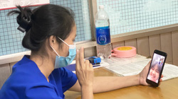TP.HCM kiên cường trong tâm dịch - Bài 3: Một tháng không về nhà, nữ điều dưỡng ăn cơm với con qua… điện thoại