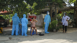 Hà Nội: Nhân viên y tế gọi cửa từng nhà trong con ngõ bị phong tỏa ở Mỹ Đình yêu cầu đi xét nghiệm Covid-19