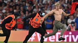 """Clip: CĐV """"quá khích"""" cởi trần đại náo Wemley trong trận chung kết Anh vs Italia"""