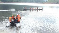 Dùng xuồng, ca nô tìm kiếm các nạn nhân mất tích tại lòng hồ thuỷ điện Rào Trăng 4