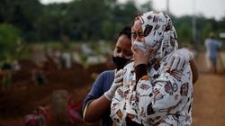 Các tình nguyện viên an táng nạn nhân thiệt mạng vì Covid-19 ở Indonesia