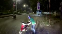 Bắt người đàn ông mặc áo Grap lấy trộm ví của tài xế ô tô
