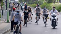 """Hà Nội: Bất chấp lệnh """"ở nhà"""", người dân xuống đường, ra vườn hoa tập thể dục"""