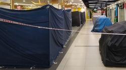 """Hàng loạt gian hàng không thiết yếu trong trung tâm thương mại ở Hà Nội """"cửa đóng then cài"""""""