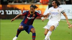 """Clip: Ronaldinho """"tả xung hữu đột"""" ở trận El Clasico của các huyền thoại"""