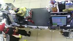 Nữ nhân viên cửa hàng tiện lợi ở TP.HCM bị kẻ cướp táo tợn kề dao vào cổ