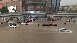 Ngập lụt biến đường phố Trung Quốc thành sông, 12 người chết
