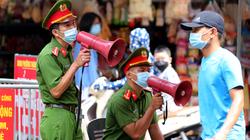 Hà Nội: Các khu chợ dân sinh đông người, công an phát loa ngăn tụ tập