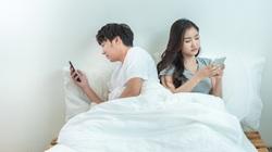 Phát hiện bí mật kinh khủng từ điện thoại mới tặng cho người chồng mẫu mực