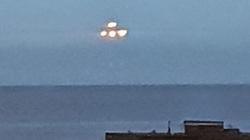 Phát hiện UFO 'hình tam giác' bay lơ lửng trên bờ biển ở Anh