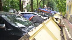 Hình ảnh bức tường trường mầm non ở Hà Nội đổ sập đè lên 13 chiếc ôtô