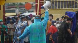 Người dân TP.HCM đội mưa chờ tiêm vaccine Vero Cell