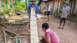 Thầy giáo rẻo cao chẻ tre, đan nứa dựng phòng ở cho học sinh bán trú