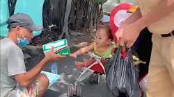 CSGT trực chốt kiểm soát dịch giúp đỡ 2 cha con đã nhiều ngày thiếu ăn