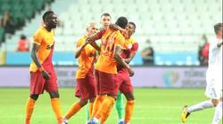 Đấm liên hoàn vào mặt đồng đội, sao Galatasaray bị phạt cực nặng