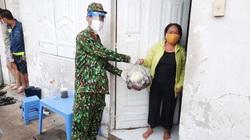 Ảnh - clip: Lực lượng quân đội trao nhu yếu phẩm đến tận tay người dân TP.HCM
