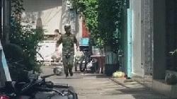 Clip nóng: Anh bộ đội hăng hái giao thực phẩm cho người dân giữa cái nóng đổ lửa của Sài Gòn