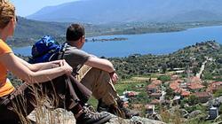 Khách du lịch ngẩn ngơ bên hồ Bafa độc lạ cùng câu chuyện thần kỳ